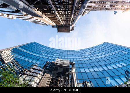 Londres, Reino Unido - 14 de mayo de 2019: Vista de bajo ángulo de los edificios de oficinas en la ciudad de Londres contra el cielo azul. Reflexiones sobre el cristal