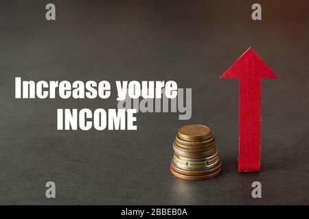 Aumente sus ingresos. Bolsa de dinero y arriba de la carta dibujada. Aumento del salario o de los ingresos. Espacio de copia, fondo oscuro.