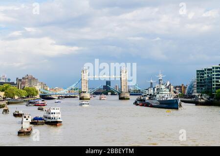 El Tower Bridge abre para un crucero en Londres, Inglaterra. El HMS Belfast está a la derecha. Foto de stock