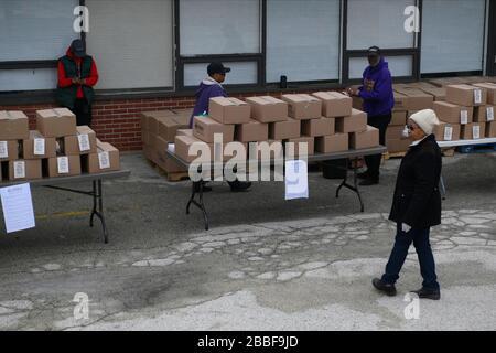 Philadelphia, Estados Unidos. 30 de marzo de 2020. Los voluntarios preparan la distribución de 200 paquetes de alimentos gratis en un lugar de distribución, en la sección noroeste de Filadelfia, PA, el 30 de marzo de 2020. El programa coordinado por la Ciudad distribuye dos veces a la semana cajas de comida gratis en veinte lugares de la ciudad a los residentes impactador por la crisis del COVID-19. Crédito: OOgImages/Alamy Live News