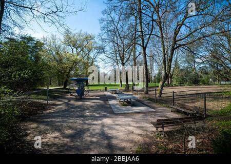 Estrasburgo, Francia - 18 de marzo de 2020: Parque público vacío con accesorios deportivos cerrados debido al brote de coronavirus