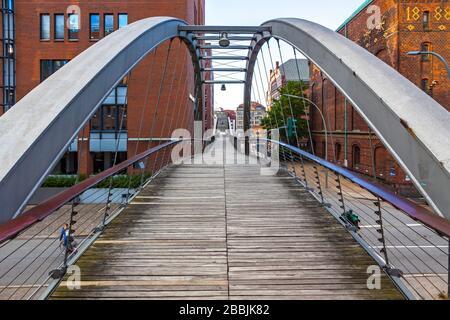 Puente Kibbelsteg sobre el canal Brooksfleet en el distrito de almacenes Speicherstadt en la ciudad de Hamburgo, Alemania