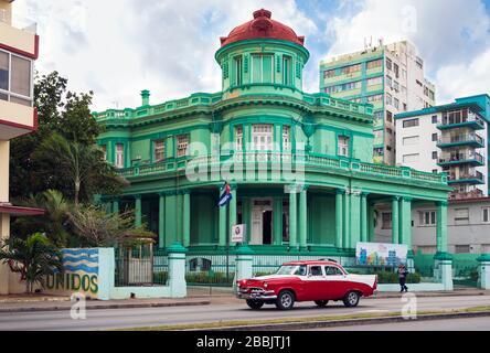 Arquitectura Vedado, y coche clásico, la Habana, Cuba