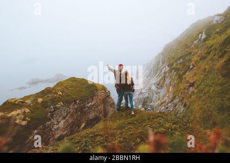 Un viaje de pareja al aire libre vacaciones estilo de vida romántico relación familiar hombre y mujer juntos disfrutando de vistas al mar en Noruega