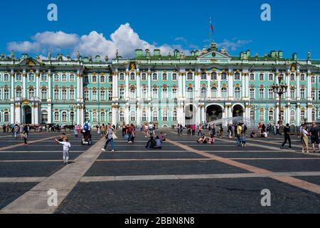San Petersburgo, Rusia -- 21 de julio de 2019. Los turistas pueblan la plaza fuera del Palacio de Invierno en San Petersburgo, Rusia.