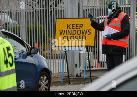 Londres, Reino Unido. 1 de abril de 2020. Seguridad en la instalación de conducción del personal de NHS en IKEA Wembley para probar Covid-19, Londres. El bloqueo continúa en el brote de Erith, Kent, Coronavirus (Covid 19) en el Reino Unido. Londres, Reino Unido - 1 de abril de 2020 crédito: Nils Jorgensen/Alamy Live News