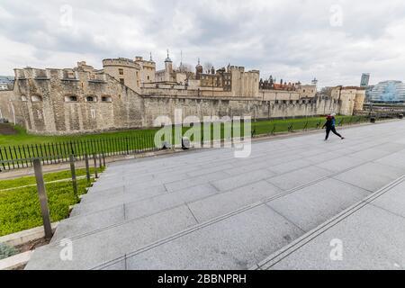 """Londres, Reino Unido. 1 de abril de 2020. La Torre de Londres es muy tranquila aparte para una persona solitaria que la utiliza para su rutina de ejercicio - el """"cierre"""" continúa para el brote de Coronavirus (Covid 19) en Londres. Crédito: Guy Bell/Alamy Live News"""