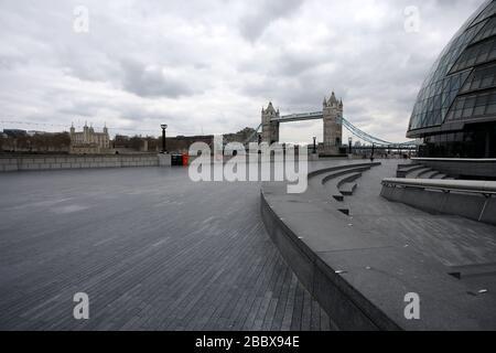 Londres, Reino Unido. 1 de abril de 2020. Día nueve de Lockdown en Londres. Tower Bridge visto desde una muy tranquila South Bank. El país se encuentra en situación de bloqueo debido a la pandemia del coronavirus COVID-19. No se permite a la gente salir de casa excepto por compras mínimas de alimentos, tratamiento médico, ejercicio - una vez al día, y trabajo esencial. COVID-19 Coronavirus Lockdown, Londres, Reino Unido, el 1 de abril de 2020 crédito: Paul Marriott/Alamy Live News