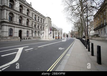 Londres, Reino Unido. 1 de abril de 2020. Día nueve de Lockdown en Londres. Un Whitehall casi desierto por el Cenotaph a las 12.30pm. El país se encuentra en situación de bloqueo debido a la pandemia del coronavirus COVID-19. No se permite a la gente salir de casa excepto por compras mínimas de alimentos, tratamiento médico, ejercicio - una vez al día, y trabajo esencial. COVID-19 Coronavirus Lockdown, Londres, Reino Unido, el 1 de abril de 2020 crédito: Paul Marriott/Alamy Live News
