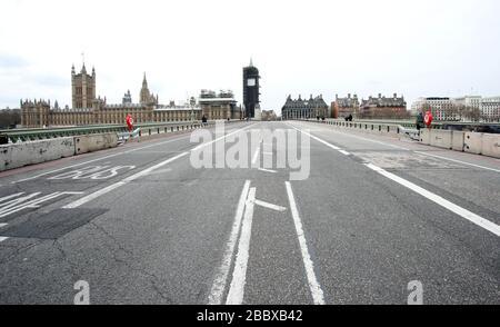 Londres, Reino Unido. 1 de abril de 2020. Día nueve de Lockdown en Londres. El puente Westminster, que casi no tiene tráfico, ya que el país está en encierro debido a la pandemia del coronavirus COVID-19. No se permite a la gente salir de casa excepto por compras mínimas de alimentos, tratamiento médico, ejercicio - una vez al día, y trabajo esencial. COVID-19 Coronavirus Lockdown, Londres, Reino Unido, el 1 de abril de 2020 crédito: Paul Marriott/Alamy Live News