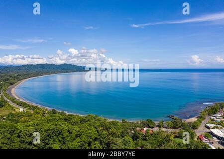 Vista aérea frente a Playa Negra y la ciudad costera caribeña sur de Puerto Viejo de Talamanca en la provincia de Limón, Costa Rica.
