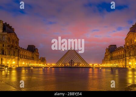 PARÍS, FRANCIA - 19 DE MARZO de 2020: Vista del famoso Museo del Louvre con Pirámide del Louvre al amanecer. El Museo del Louvre es uno de los muse más grandes y visitados