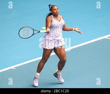 La jugadora de tenis norteamericana Serena Williams (USA) jugando un tiro de antemano en el torneo de tenis del Abierto de Australia 2020, Melbourne Park, Melbourne, Victoria, A.