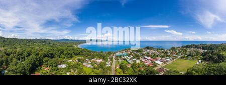 Vista panorámica aérea frente a Playa Negra y la ciudad costera caribeña sur de Puerto Viejo de Talamanca en la provincia de Limón, Costa Rica.
