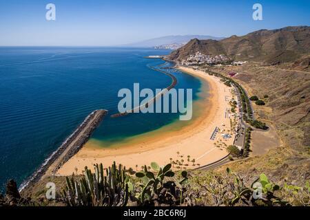 Vista aérea sobre la playa de arena blanca artificial de las Teresitas y las coloridas casas de San Andrés