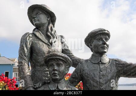 Estatua de Jeanne Rhynhan de 'Annie' Moore, y sus dos hermanos, en Cobh.
