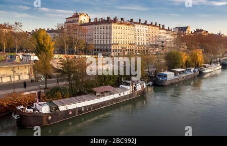 Quai Du Général Sarrail sobre el Ródano en Lyon en otoño Foto de stock