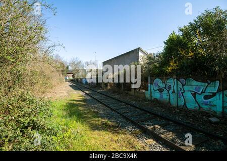 Estrasburgo, Francia - Mar 18, 2020: Vista desde la calle del tren de ferrocarril abandonado casa