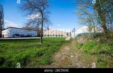 Estrasburgo, Francia - 18 de marzo de 2020: Vista lateral de la entrada vacía al club de tenis Ill debido al brote de Coronavirus en Francia