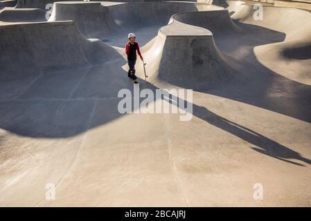 SUECIA, Scania, Malmo, zona de Vastra Hamnen, parque de patinaje con patinador,