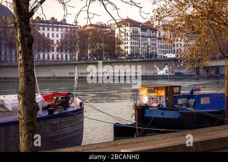 Barcazas en Quai Du Général Sarrail en el Ródano en Lyon en otoño. Lyon es Patrimonio de la Humanidad de la UNESCO desde 1998 Foto de stock