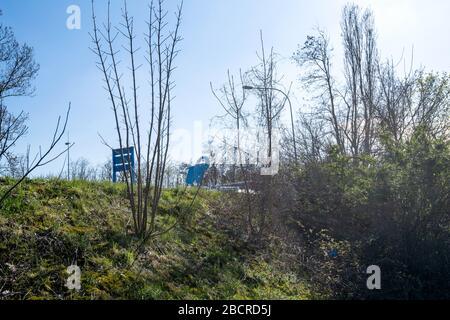 Estrasburgo, Francia - Mar 18, 2020: Vista de ángulo bajo a través de la colina de Elephant Bleu lavado automático de coches