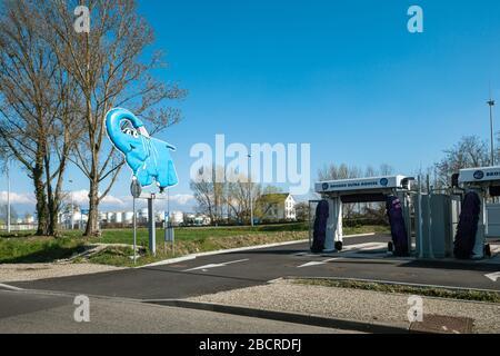 Estrasburgo, Francia - 18 de marzo de 2020: Logotipo de Elephant Bleu lavado de coches automático y cadena diatómica de servicios de limpieza