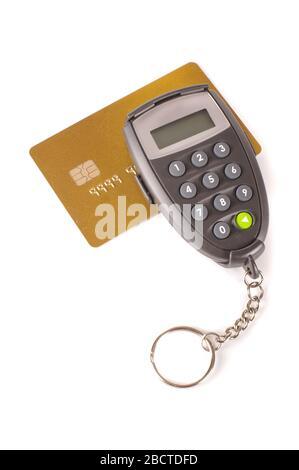 DIGIPASS y tarjeta de crédito aisladas sobre fondo blanco