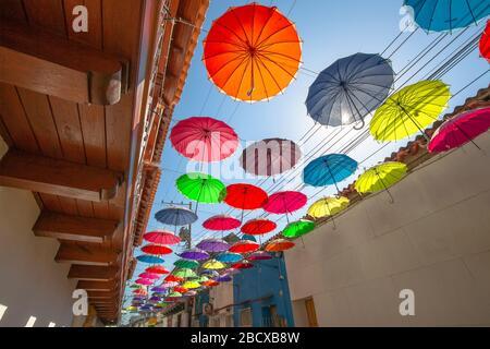 Colombia, pintorescas calles coloridas de Cartagena, en el histórico distrito de Getsemani, cerca de la ciudad amurallada (Ciudad Amurallada)