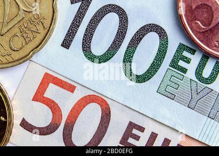 100 y 50 euros de primer plano. Los céntimos de euro están situados en los lados. Concepto de inversión. Banca Foto de stock