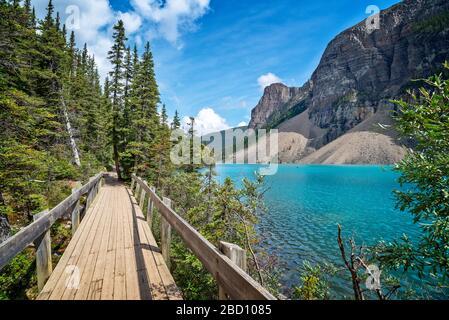 Sendero de costa del lago Moraine cerca del pueblo del Lago Louise en el Parque Nacional Banff, Alberta, Montañas Rocosas, Canadá