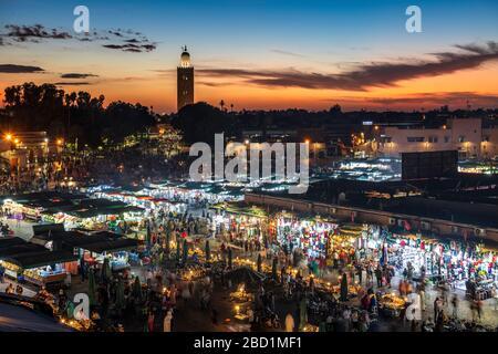 Vista sobre la Djemaa el Fna al atardecer mostrando puestos de comida y multitudes de personas, Marrakech, Marruecos, África del Norte, África