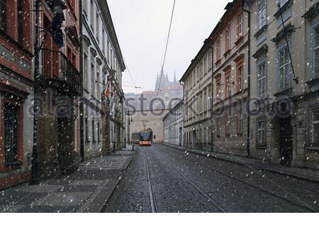 República Checa, Praga, el 22 de marzo de 2020. Calle Letenska, tranvía checo. Una nieve en la primavera en Praga