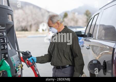 Hombre con guantes quirúrgicos y máscara en la gasolinera