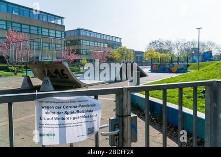 Bornheim, Renania del Norte-Westfalia, Alemania - 7 de abril de 2020: Escuela Europea local (Europaschule) con parque de patinaje cerrado debido al virus mundial de la corona
