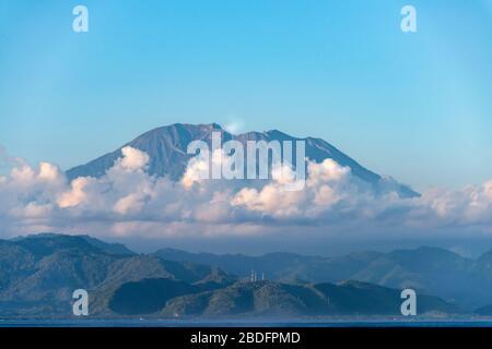 Vista horizontal de la cumbre del Monte Agung en Bali, Indonesia.