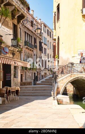 Venecia, Italia - 1 de julio de 2017: Una vista de las estrechas calles de Venecia, las coloridas casas venecianas, con calles casi vacías, Corona infecciosa