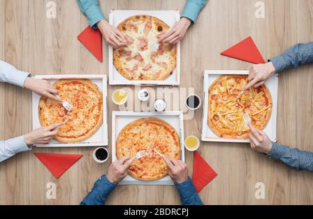 Grupo de amigos que tienen una fiesta de pizza en casa y disfrutar juntos, Lay plano