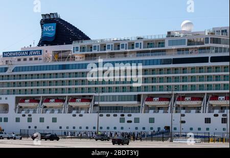 2020 Abril 4: California USA: Crucero Norwegian Jewel tripulación a bordo del barco en el Puerto de los Ángeles, ningún pasajero debido Coronavirus banda de viaje