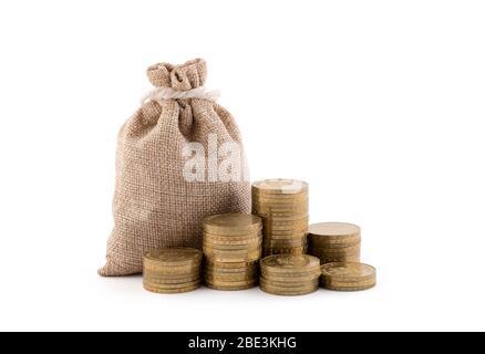 Bolsa de dinero y monedas aisladas sobre fondo blanco con recorte de ruta