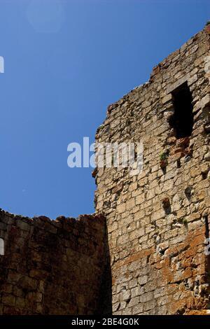 Una esquina de las murallas del castillo en ruinas de Montsegur en la región de Ariege de Francia