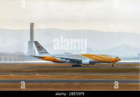 NOK Scoot avión esperando para despegar en el Aeropuerto Internacional de Kansai, Japón