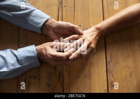 Hombre mayor poniendo anillo de compromiso en la mujer dedo cerca de arriba