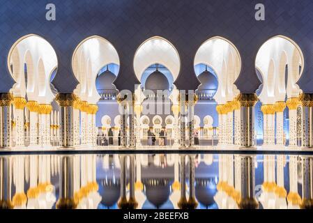 ABU DHABI, EAU - NOVIEMBRE 17: Gran Mezquita Sheikh Zayed en Abu Dhabi el 17 de noviembre de 2019, EAU. La Gran Mezquita de Abu Dhabi es la mezquita más grande del