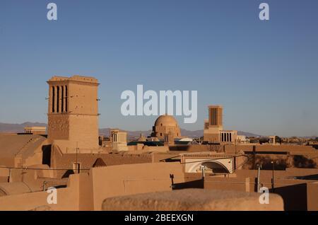 Vista de tejados con cortavientos, torres de viento (badgirs) en Yazd, Provincia de Yazd, Irán, Persia, Oriente Medio