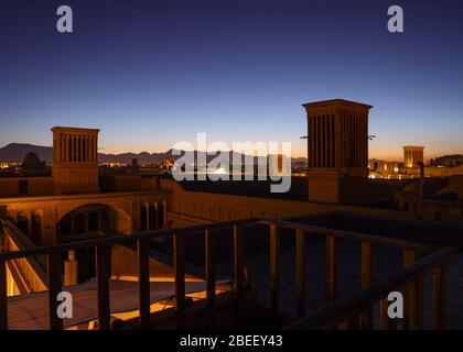 Vista de tejados con cortavientos, torres de viento (badgirs) por la noche en Yazd, Provincia de Yazd, Irán, Persia, Oriente Medio.