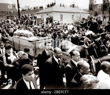 El funeral del asesinado ministro de derechos civiles Martin Luther King, Jr. Martin Luther King Jr. (Nacido Michael King Jr.; 15 de enero de 1929 – 4 de abril de 1968) fue un ministro y activista cristiano estadounidense que se convirtió en el portavoz y líder más visible del Movimiento de Derechos Civiles desde 1955 hasta su asesinato en 1968. Foto de stock