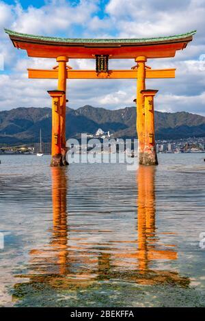 La puerta flotante Grand o-Torii, gigante rojo naranja, se encuentra en la playa de la bahía de la isla de Miyajima, en la marea baja, frente al santuario Itsukushima, el día soleado. Hiroshima