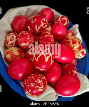 Huevos caseros teñidos, huevos rojos de colores preparados para la Pascua con varios patrones, huevos pintados ortodoxos tradicionales listos para la celebración