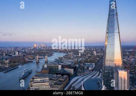 Vista aérea de London Shard de la casa de la ciudad y el puente de Londres